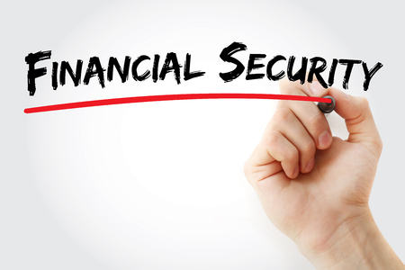 Main qui écrit la sécurité financière avec le marqueur, fond de concept