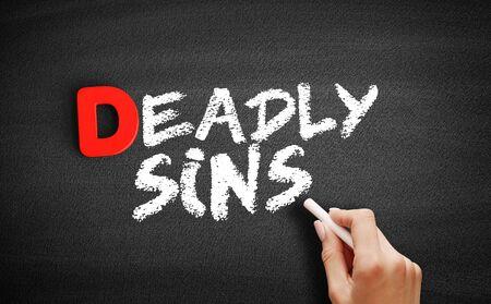 Texto de pecados capitales en la pizarra, fondo del concepto de negocio