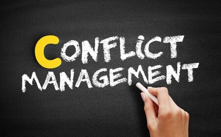 Conflict management text on blackboard, business concept background Banque d'images