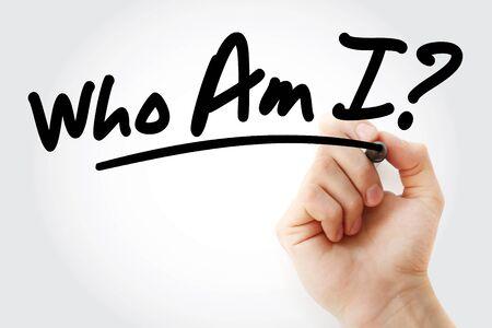 Main qui écrit qui suis-je ? avec marqueur, arrière-plan concept