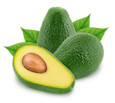 Composizione con avocado verde isolato su sfondo bianco
