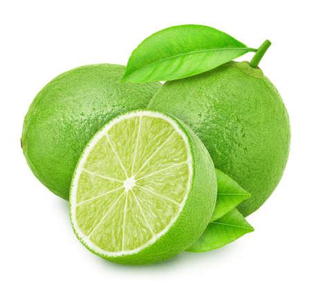 Composition avec des citrons verts isolés sur fond blanc.