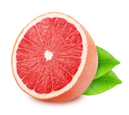De helft van rode grapefruit met bladeren die op witte achtergrond worden geïsoleerd.