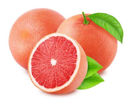 Composición con pomelos rojos aislados sobre fondo blanco.