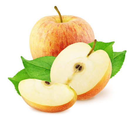 Composición con manzanas rojas enteras y cortadas aisladas sobre fondo blanco.
