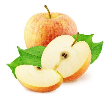Komposition mit ganzen und geschnittenen roten Äpfeln auf einem weißen Hintergrund.
