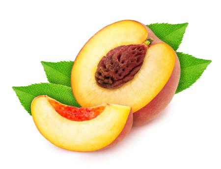 Zusammensetzung mit geschnittenem saftigem Pfirsich lokalisiert auf weißem Hintergrund.