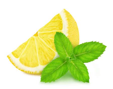 Composición fresca con limón y menta aislado sobre un fondo blanco en toda la profundidad de campo Foto de archivo