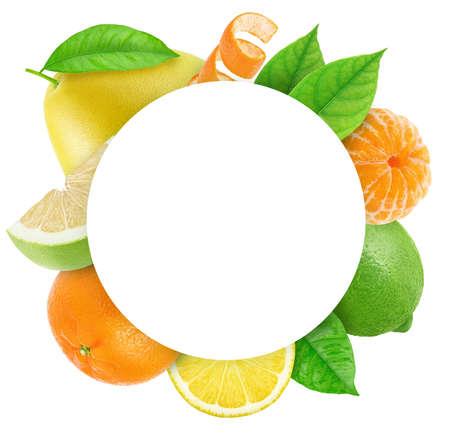 Cornice rotonda fatta di frutti diversi con spazio copia all'interno isolato su sfondo bianco Archivio Fotografico