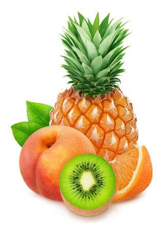 Composición colorida con mezcla de frutas dulces: piña, kiwi, naranja y melocotón