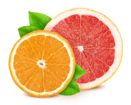 Veelkleurige compositie met plakjes citrusvruchten - grapefruit en sinaasappel geïsoleerd op een witte achtergrond in volledige scherptediepte