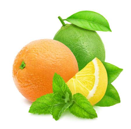 Composición fresca con mezcla de diferentes frutas cítricas con menta aislado sobre un fondo blanco.