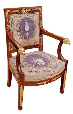 muebles antiguos: Antiguo sillón clásico aislada sobre fondo blanco.