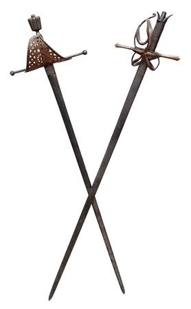 mosquetero: Dos espadas antiguas aisladas sobre fondo blanco. Trazado de recorte incluido Foto de archivo