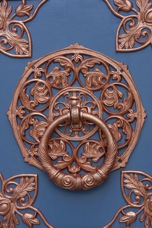 tocar la puerta: Aldaba de la puerta