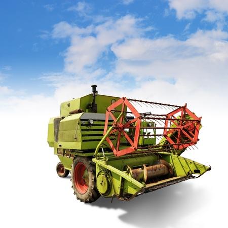 cosechadora: viejo clásico cosechadora pequeño combine con trazado de recorte Foto de archivo