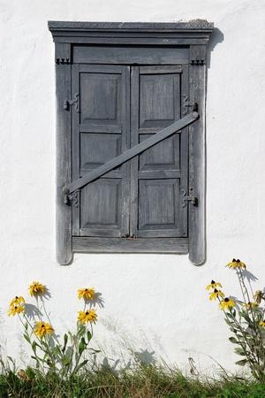 window shade: Ventana de antigua casa cerrada