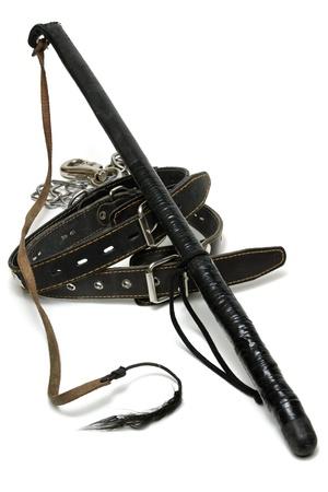 Halsbänder und Peitsche isoliert auf weiß Standard-Bild - 10160349