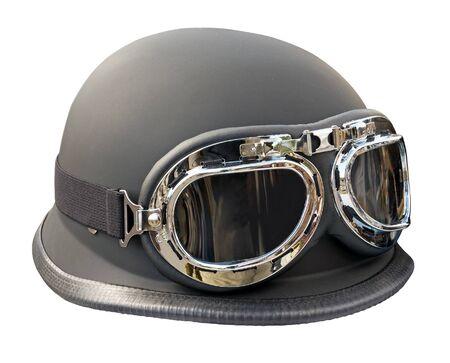 casco moto: Vintage estilo casco de moto con gafas aislados en blanco. Trazado de recorte incluido.