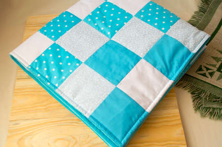 fondo para bebe: cosida manta de peluche para bebés en un fondo de madera Foto de archivo