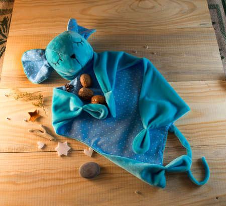 fondo para bebe: cosida juguetes de peluche para bebés en un fondo de madera Foto de archivo