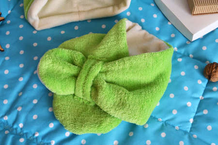 fondo para bebe: stitched stuffed blanket for babies on a wood background Foto de archivo