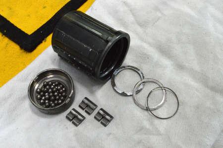 componentes: Casquillo desmontado de la bicicleta con los radios cerca para arriba en el taller