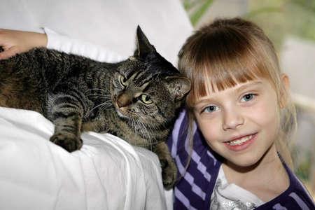 ni�os contentos: ni�a con el gato gris