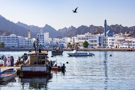 Pescatori al Muttrah Pescherecci con Muttrah Corniche in Background - Muscat, Oman