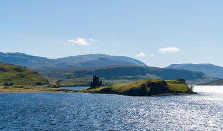 Paysage de lac typique des Highlands écossais avec un château en ruine et des montagnes - Highlands, Ecosse, Royaume-Uni Banque d'images - 89018623