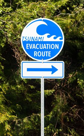 A highway sign marking Tsunami Evacuation Route in Vancouver Island - British Columbia, Canada 版權商用圖片 - 90010301