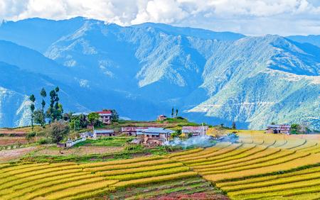 ブーティガン近くのブータン東部山脈の農場 - 東ブータン 写真素材