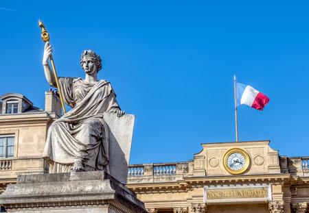Paris, France - 11 mars 2019 : Réveil sur l'entrée arrière de l'Assemblée nationale française (Palais Bourbon) avec statue de la loi en premier plan. La statue est de Jean-Jacques Feuchère (1807-1852). Éditoriale