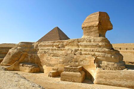 Profil Wielkiego Sfinksa z Gizy z piramidą Chefrena w tle - Kair, Egipt