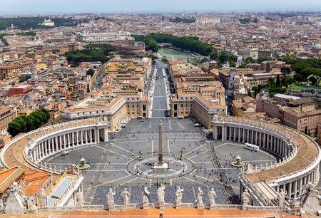 Petersplatz im Vatikan und Luftbild von Rom - Italien.