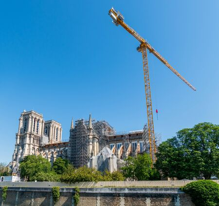 A giant crane for Notre Dame de Paris cathedral reconstruction in May 2020. Zdjęcie Seryjne