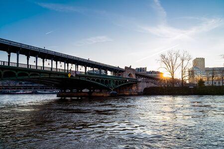 Sunrise over Bir-Hakeim bridge in winter - Paris, France Banco de Imagens