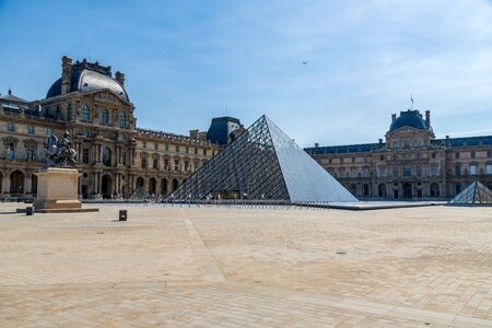 Paris, France - May 26 2020: Musee du Louvre closed during Coronavirus epidemic. Éditoriale