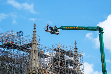 Paris, France - June 16 2020: Workers begin to dismantle Notre Dame de Paris cathedral scaffolding, 14 months after the fire Banco de Imagens - 149779362