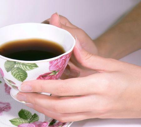 tarde de cafe: Mujeres manos una taza de caf�
