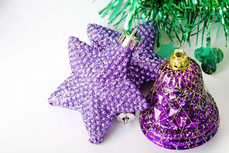 estrellas moradas: P�rpura de estrellas y p�rpura de adornos de Navidad de campana  Foto de archivo