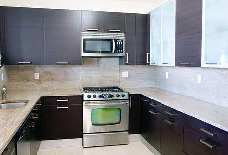 Moderne eigentijdse stijl keuken met granieten blad  Stockfoto