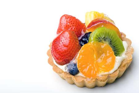 Erdbeere, Kiwi, Tangerine, Ananas köstliches Dessert Obst tart Konditorei mit Backspritze Creme Ebene