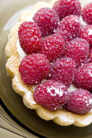 Delicious fresh raspberry fruit tart pastry on a plate Zdjęcie Seryjne