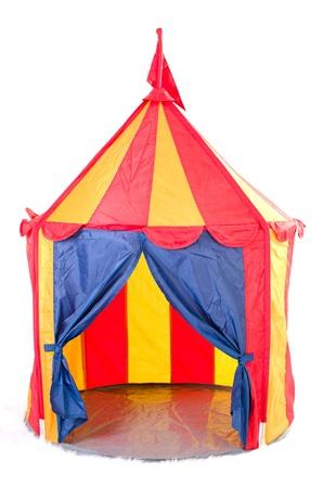 Offene Kinder Zirkuszelt mit Flagge auf der Oberseite - gestreift, weißer Hintergrund Standard-Bild