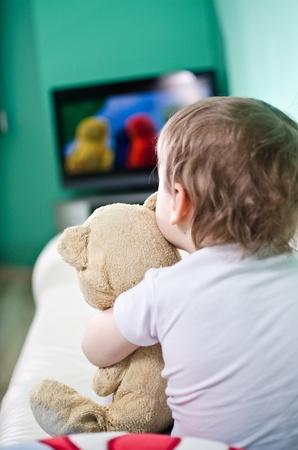 Kid mit Teddybär Fernsehen