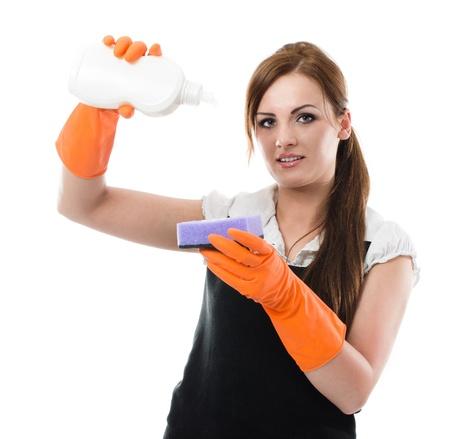 dishwashing: Mujer en guantes de goma aplicando l�quido de fregar con una esponja - prepar�ndose para lavar platos