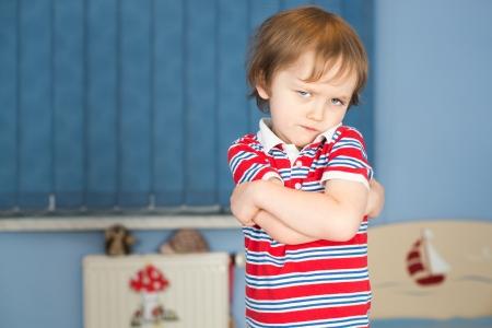 Beleidigt kleiner Junge in seinem Zimmer