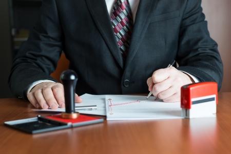Notar in seinem Büro die Unterzeichnung eines Vertrages