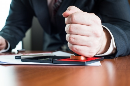 Notar beurkunden Testament an Notar Standard-Bild